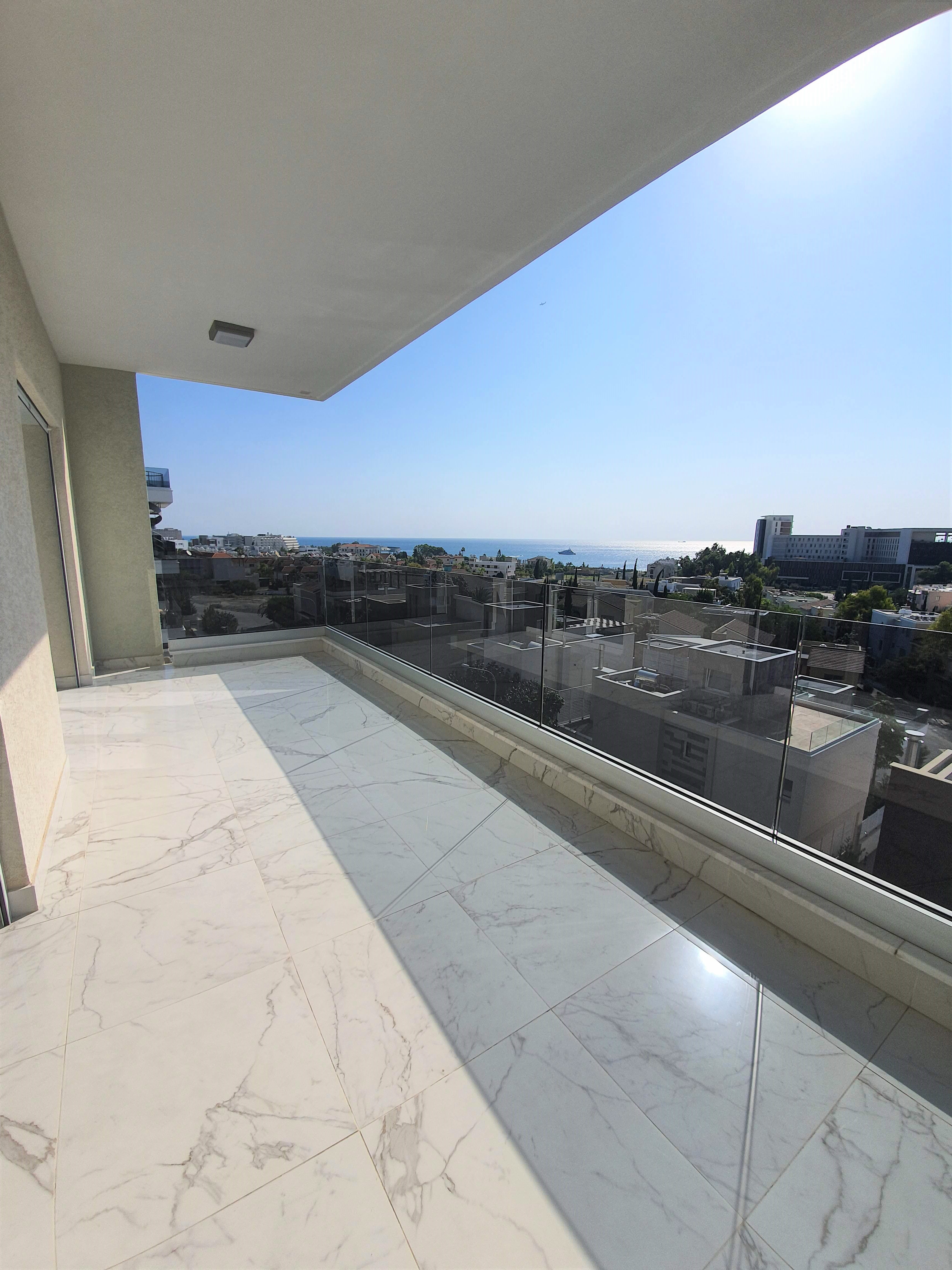 or Sale 3 Bedroom apartment in Atlantida Court C' within walking distance to the beach!